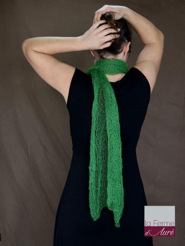 Echarpe mohair et soie avocat motif feuilles vue de dos