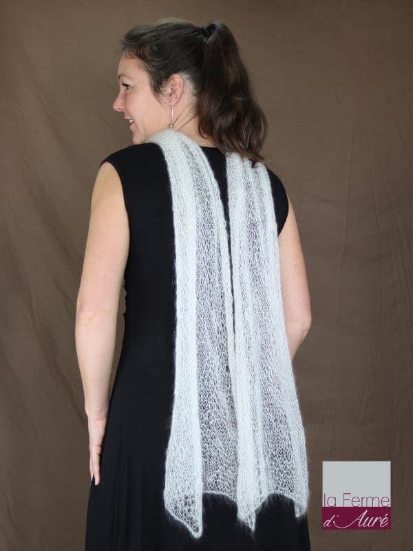 Echarpe mohair et soie ecru motif feuilles vue de dos