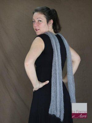 echarpe-mohair-soie-feuille-gris-clair-dos