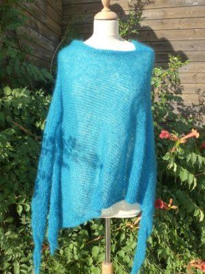 tricot sur mesure d'un poncho laine femme bleu lagon