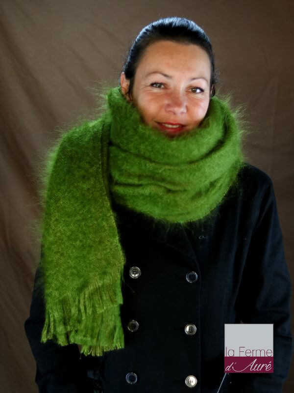 Etole femme portée en echarpe mohair vert mousse