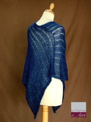 Poncho laine mohair et soie fait main bleu marine vue de dos