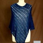 Poncho laine mohair et soie fait main bleu marine vue de face