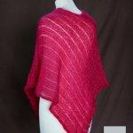 Poncho laine mohair et soie groseille pour femme vue de dos tricot main