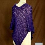 Poncho laine mohair et soie fait main violet myrtille vue de dos