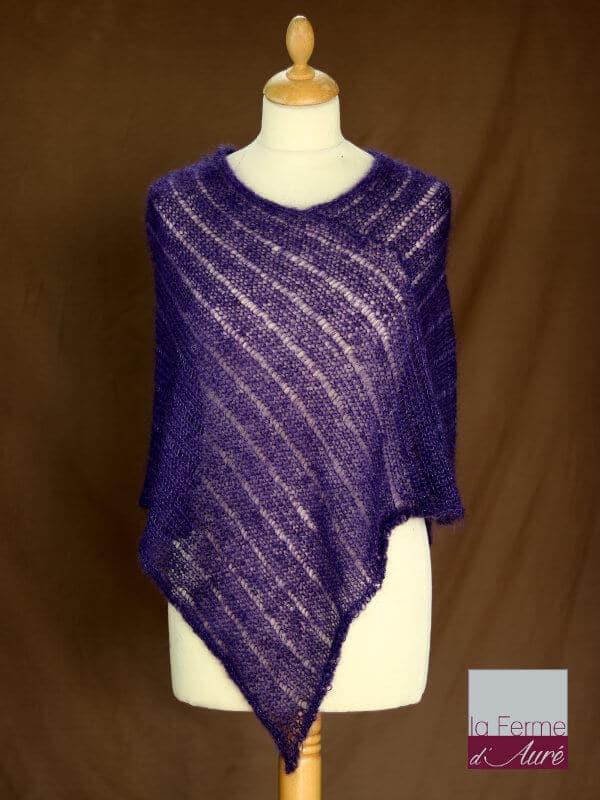Poncho laine mohair et soie fait main violet myrtille vue de face